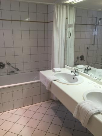 Romantik Hotel Goldene Traube: geräumiges Bad/WC