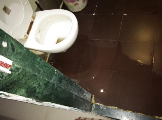 Shahana Guest House & Dormitory: water jammed in bathroom
