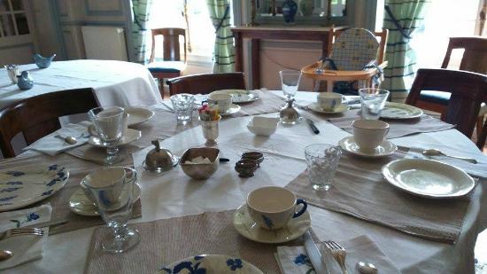Bed & Breakfast Manoir de Notre-Dame: Table du petit déjeuner dressée