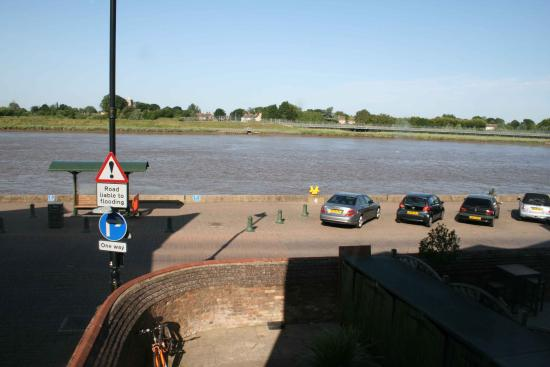 Bank House Hotel: view of the river from Captain's room