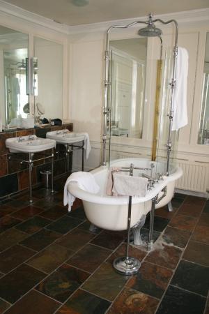Bank House Hotel: bathroom - Captain's room