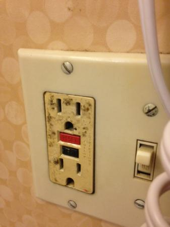 CoCo Key Water Resort Hotel & Convention Center - Waterbury: Electric socket in Bethroom