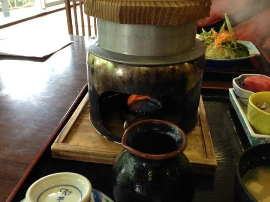 Miyawaka, Giappone: とろろ御膳の五穀米を炊いて目の前で炊いている所