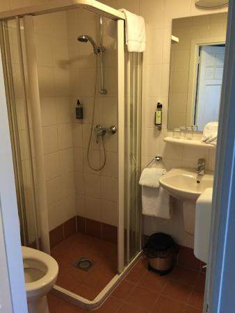 Erg kleine badkamer, zonder afzuiging - Foto van Sandton Hotel De ...