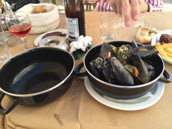 Halaris Ouzery: Вкусные мидии с луком пореем и соусом из вина