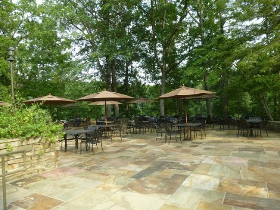 Cumberland Mountain State Park: Outside seating