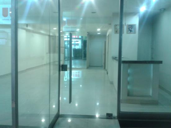Argentina Tango Hotel: Entrada del hotel  Sin conserje ni identificacion