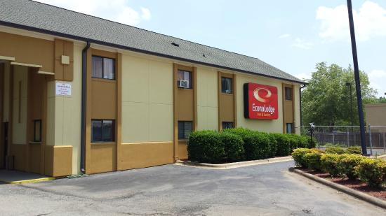 Econolodge & Suites: Front Entrance