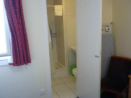 The County Hotel: Kleines Bad mit Dusche