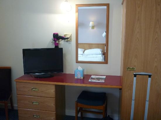 The County Hotel: Schreibtisch mit TV