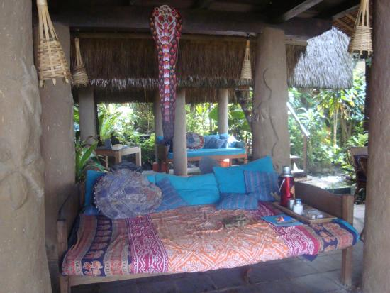 Lumbung Damuh: day bed for lounging
