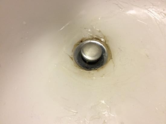 Quality Inn & Suites: Cracked wash basin.