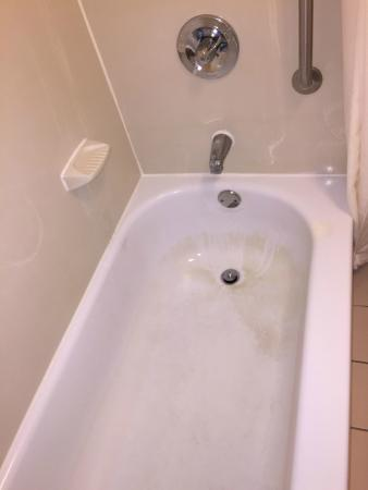 Quality Inn Milwaukee West Brookfield: Dirty Tub