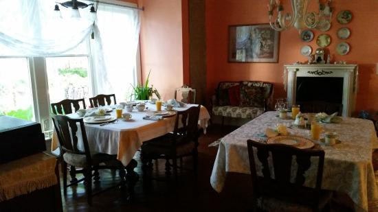 Blue Fern Bed and Breakfast : All set up for an amazing breakfast of stuffed french toast!