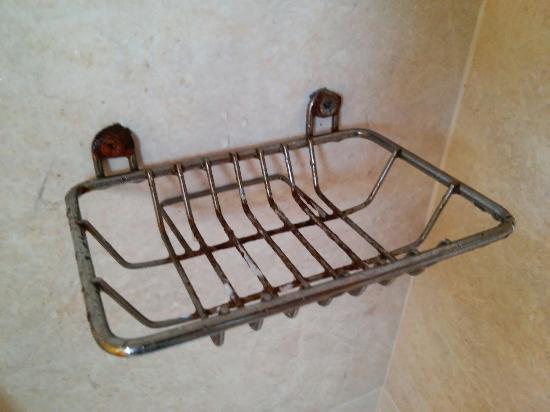 Hotel Balcon de San Bartolo: Tela de araña al lado del interruptor principal, jabonera oxidada, modesto equipo de ventilación
