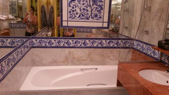 Hotel de France: O banheiro possui banheira