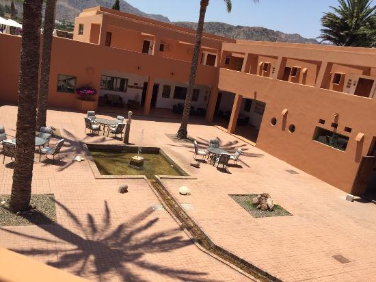 Piscina con agua salada habitaciones en torno a un patio for Agua piscina