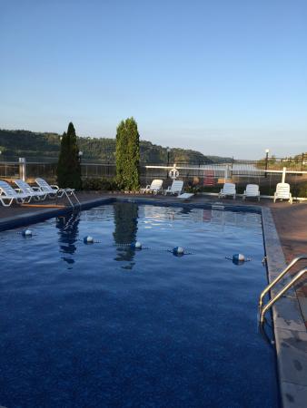 Piscine plus coucher de soleil sur le lac photo de motel for Club piscine soleil chicoutimi