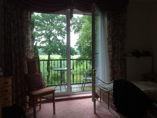 Wesenberg, Almanya: Our cosy balcony room with a view to the forest covered in heavy rain.