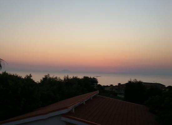 La Costa Smeralda: vista dalla camera, tramonto-stromboli