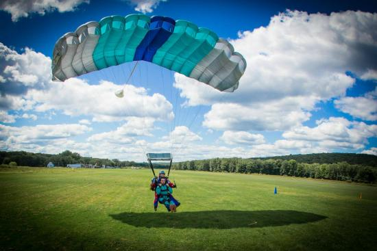 Sky's The Limit Skydiving Center: Landing at STL - outside video