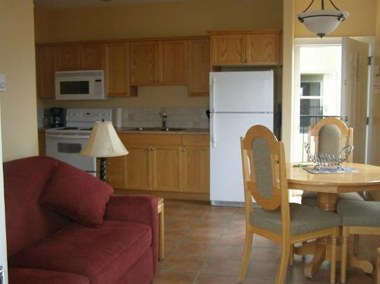 Desert Surfside Waterfront Accomodations : The living room and kitchen area