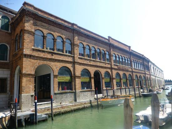 mazzuccato lampadari : another of the building - Foto di Linea Murano Art Srl, Murano ...