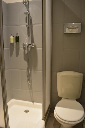 Nouvel Hotel : シャワー角度誤ると、水が外に漏れる。