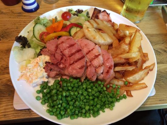Clovelly Bay Inn: Gammon steak, on an enormous plate! Home made chips too :p