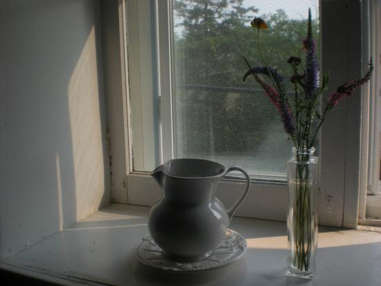 Auberge de Mon Petit Chum B&B: Artistic detail by the window