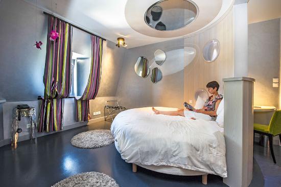 le chateau dorfeuillette le lit rond de la chambre 9 avec tv au - Lit Plafond