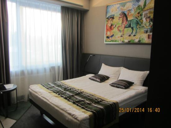 Cosmopolite Hotel: Кровать и картина
