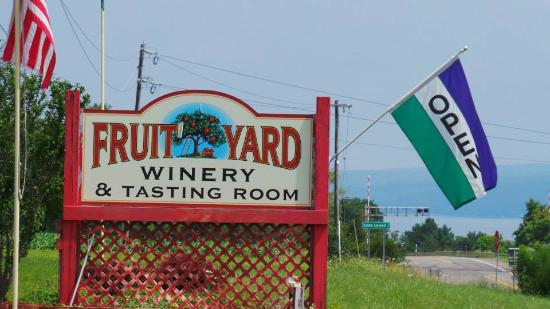 Fruit Yard Winery: sign out front