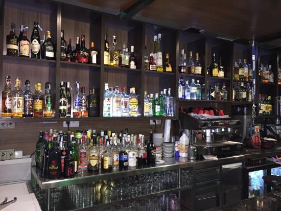 Gran variedad de bebidas espirituosas y tapas picture of - Disenos de barras de bar ...