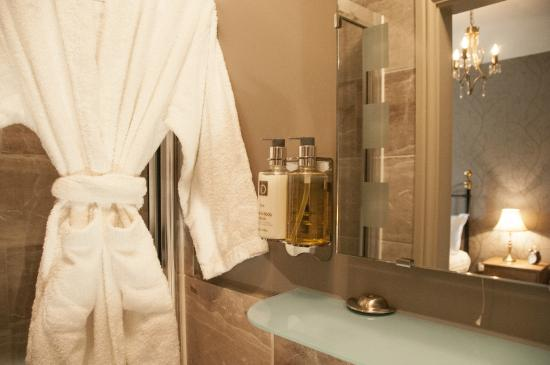 The Poplars - Rooms & Cottages: Luxurious ensuite shower rooms