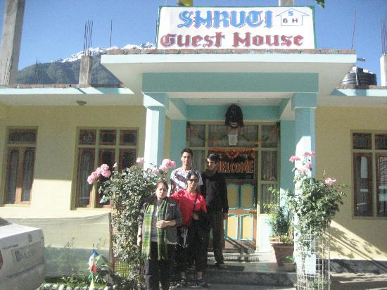 Shruti Guest House: Me and my friend with the courteous staff