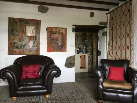 Castlemartin, UK: The cosy lounge again with interesting art