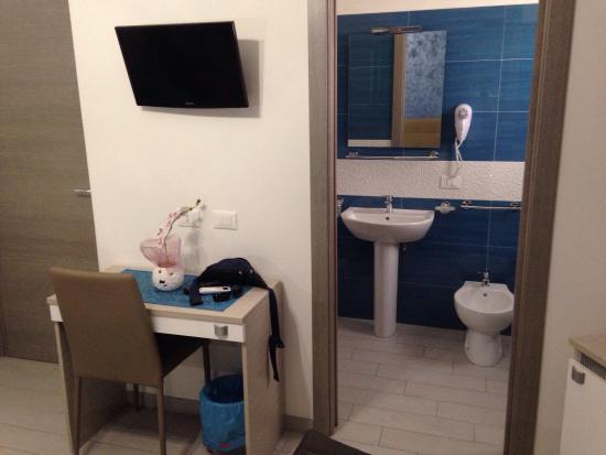 Camera da letto e bagno veramente splendidi - Foto di B&B Le Falesie ...