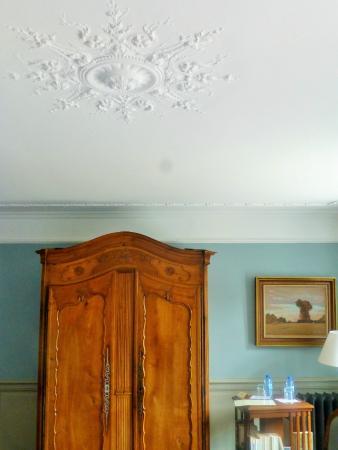 Les Tilleuls 1738 : rosace de plafond et armoire