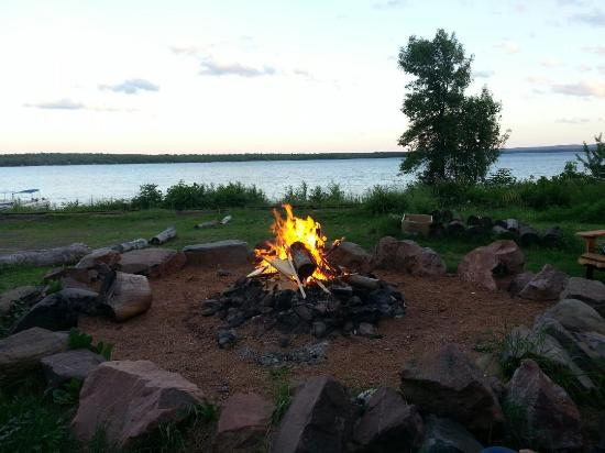 Bergland, Μίσιγκαν: Campfire overlooking the lake, beautiful!
