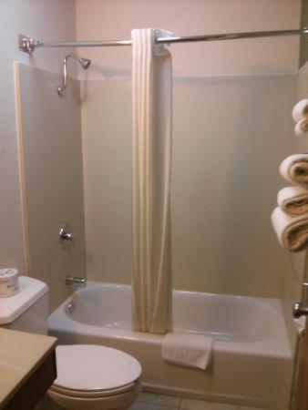 Long Beach Inn: Newly remodeled bathrooms.