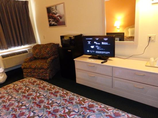Americas Best Value Inn & Suites Colorado Springs: fridge and microwave and HBO on TV