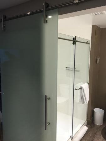 Seattle Marriott Bellevue: Bathroom Sliding Door