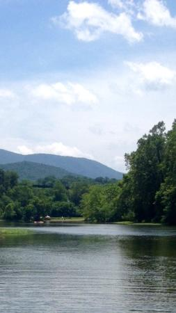 Rileyville, Wirginia: The Shenandoah River near the famous Compton Rapids