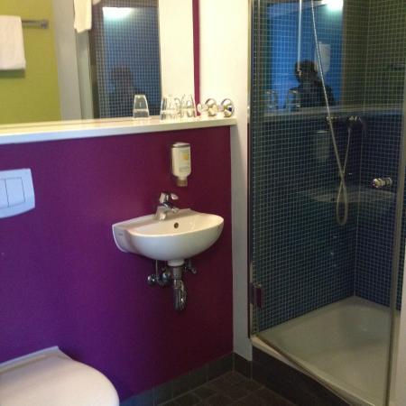 ibis Styles Dusseldorf-Neuss: Banheiro do apartamento (bem colorido)