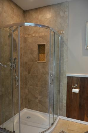 Eagle Rock Bed and Breakfast Chemainus: Iron Chateau Shower