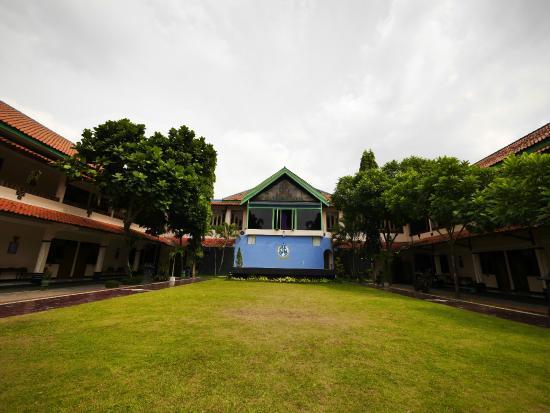 Foto Di Depan Hotel Galuh Anindita Sagan Jogjakarta A Small Park Inside The