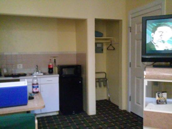 Super Inn Daytona Beach: Nice little area w/ sink and microwave.