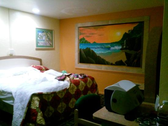 Super Inn Daytona Beach: I have never seen a mural like this! It was beautiful! The way it was painted! Our bed was a bit