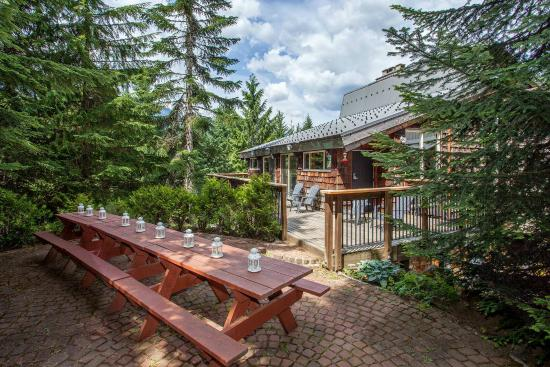 Whistler Lodge Hostel: Upper Patio